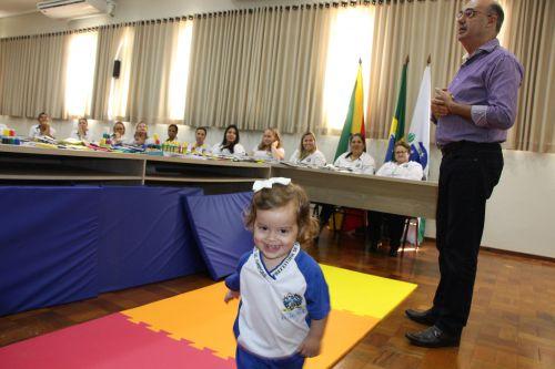Prefeitura de Ivaiporã adquire materiais escolares para alunos da rede municipal de ensino e ônibus para transporte de estudantes