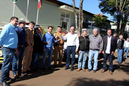 Alexandre Curi e Miguel Amaral entregam chaves de viaturas ao major Sagati