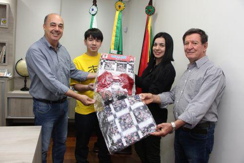 Prefeito Miguel Amaral recebe yukata da auxiliar de engenharia mecânica, Andrea Salla
