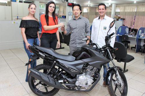 Ivan Kawano recebe chave a moto