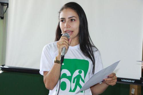 Janaína Barbosa cumprimenta membros da mesa de honra
