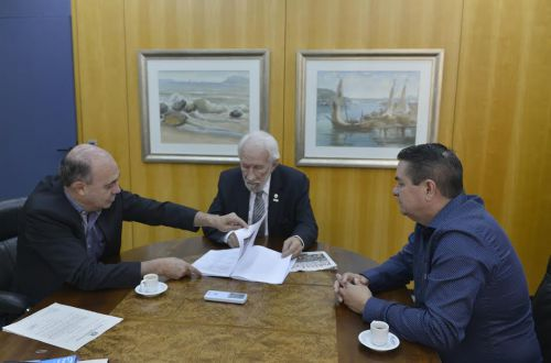 Miguel Amaral mostra a Darci Piana projetos que beneficiam Ivaiporã