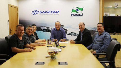Presidente da Sanepar, Mounir Chaowiche, e Miguel Amaral assinam aditivo no valor de R$380 mil
