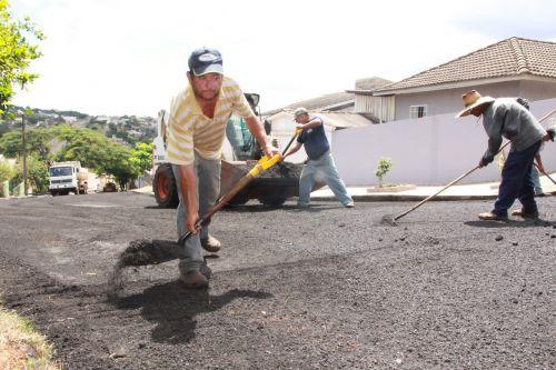 Funcionário pavimenta na Rua Pará