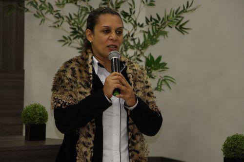 Rose Sirço fala em nome do prefeito Miguel Amaral