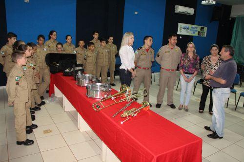 Presidente do CMDCA, Jair Burato, entrega instrumentos a Gertrudes Bernardy, que repassa à coordenação do Centro da Juventude