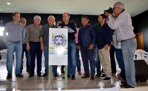 Ademar Traiano, Valdir Rossoni e Miguel Amaral assinam convênio