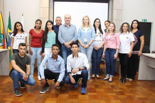 Jovens são recebidos na Prefeitura, onde são incentivados