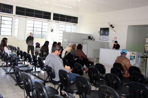 Pacientes aguaram para preenche ficha, enquanto outros aguardam ser chamados para consulta