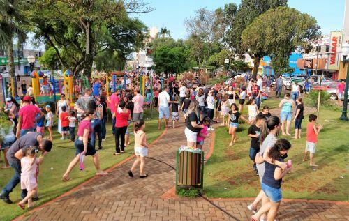 Crianças e adultos brincam e passeiam na Praça Manoel Teodoro da Rocha