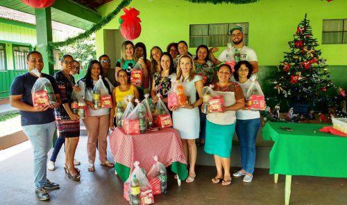 Equipe da Assist�ncia Social entrega cesta b�sica e lembran�a na Casa de Viv�ncia/Casa do Adolescente