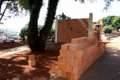 Prefeitura de Ivaiporã inicia revitalização na Praça Durvalino Frederico e conclui pedras irregulares na Rua Pedro Vanzela Filho