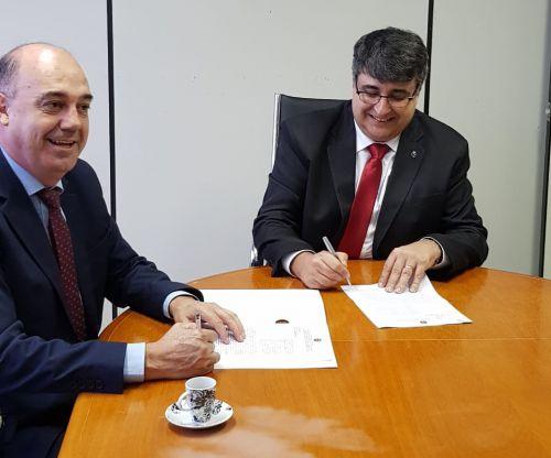Prefeito Miguel Amaral e o superintendente Jorge Silva assinam contrato de doação