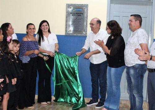 Prefeito Miguel Amaral e equipe da Secretaria Municipal de Educação descerram placa