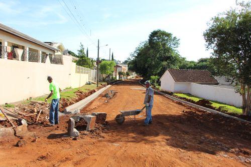 Prefeitura de Ivaiporã executa obra de meio fio na Rua Ceará, após concluir galerias de águas pluviais