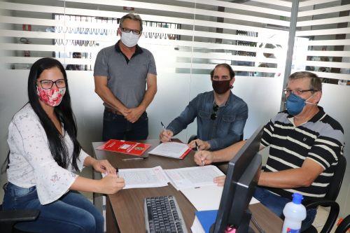 Juscelino Silva e João Paiva assinam escrituras públicas de doação no 1º Tabelionato de Notas de Ivaiporã