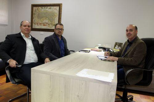 Jucelito Lando e Wendell Alves são recebidos pelo prefeito Miguel Amaral