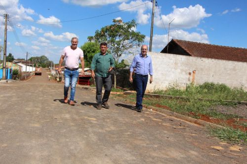Edivaldo Montanheri, Miguel Amaral e Ilson Gagliano andam pela Rua A