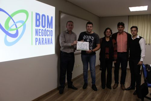 Marcus Wielewski e Maylisson Rodrigo Fonseca entregam certificado