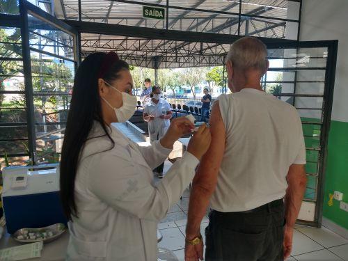 """Prefeitura de Ivaiporã inicia vacinação contra gripe nos idosos e oferece serviço """"drive thru"""""""