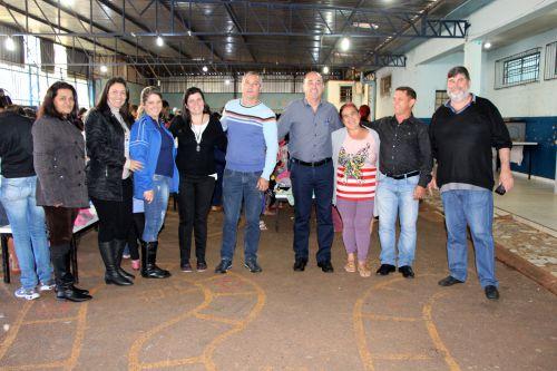 Edivaldo Montanheri, Miguel Amaral e Ilson Gagliano são recebidos pela diretora Fátima Grasiela Montanher e funcionários
