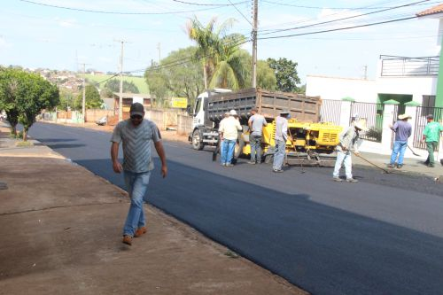 Prefeitura de Ivaiporã executa obra de recape no asfalto da Rua Emílio Ganzert