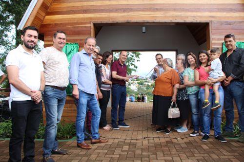 Prefeito Miguel Amaral, família Frederico e autoridades descerram fita