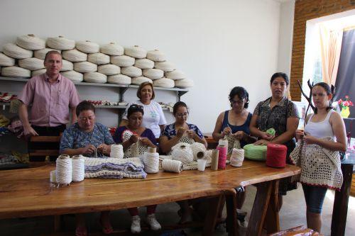Marcus Wielewski, professora de artesanato, Célia Venciguerra, e as alunas na Casa do Artesão