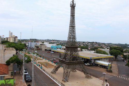 Prefeitura de Ivaiporã reinicia obras na Praça França com colocação dos bancos