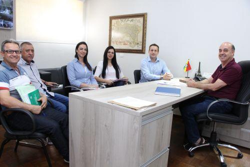 Prefeito Miguel Amaral e oficial do Registro de Imóveis da Comarca de Ivaiporã, Marco Valentini, assinam regularizações