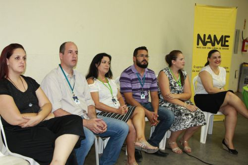 Equipe do Grupo Pearson e Lígia Belcamino observam prefeito discursar