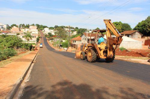 Na Rua Agostinho Cremasco (Jardim Belo Horizonte) funcion�rio executa obra de pavimenta��o asf�ltica