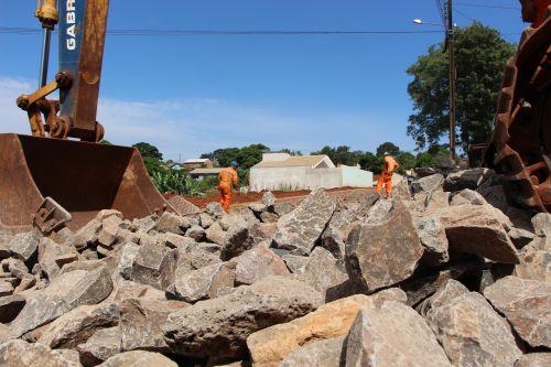 Na Rua Duque de Caxias esquina com Valentin Talarico(Jardim Imperial) funcion�rios assentam pedras irregulares