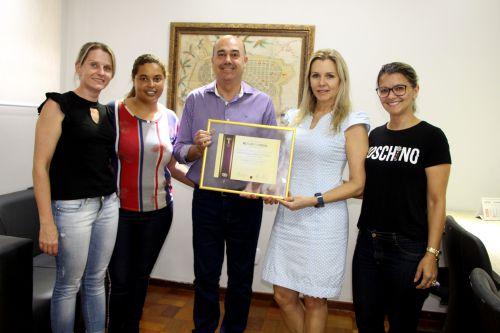 Prefeito Miguel Amaral entrega Menção Honrosa à equipe do Departamento Municipal de Assistência Social