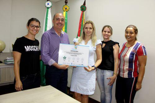 Gertrudes Bernardy entrega ao prefeito Miguel Amaral certificado de adesão à Estratégia Brasil Amigo da Pessoa Idosa