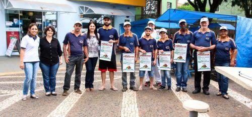 Feirantes recebem banners de identificação conforme resolução da Vigilância Sanitária
