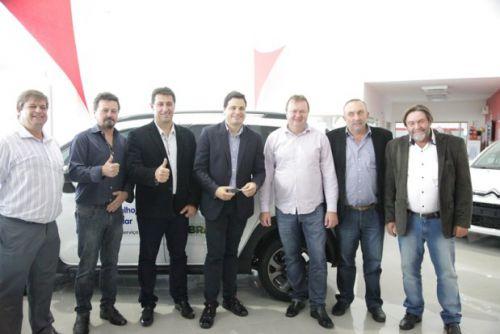 Prefeitos presentes na solenidade de entrega dos veículos com Deputado Sandro Alex