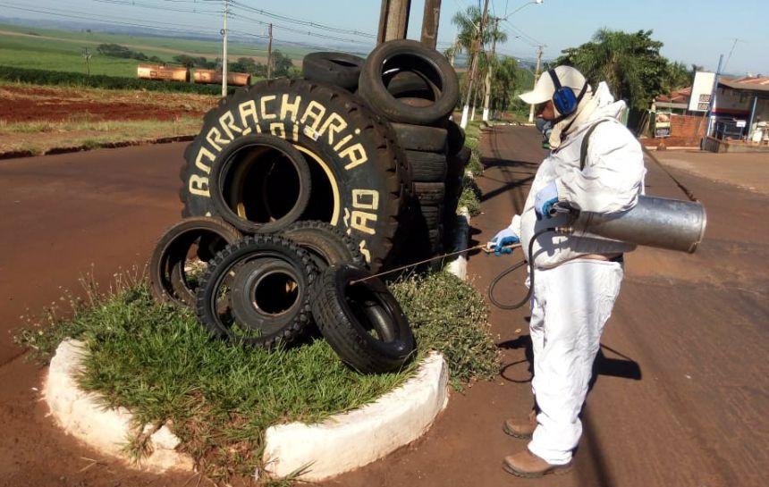 Para conter focos de dengue, governo municipal pulveriza borracharias
