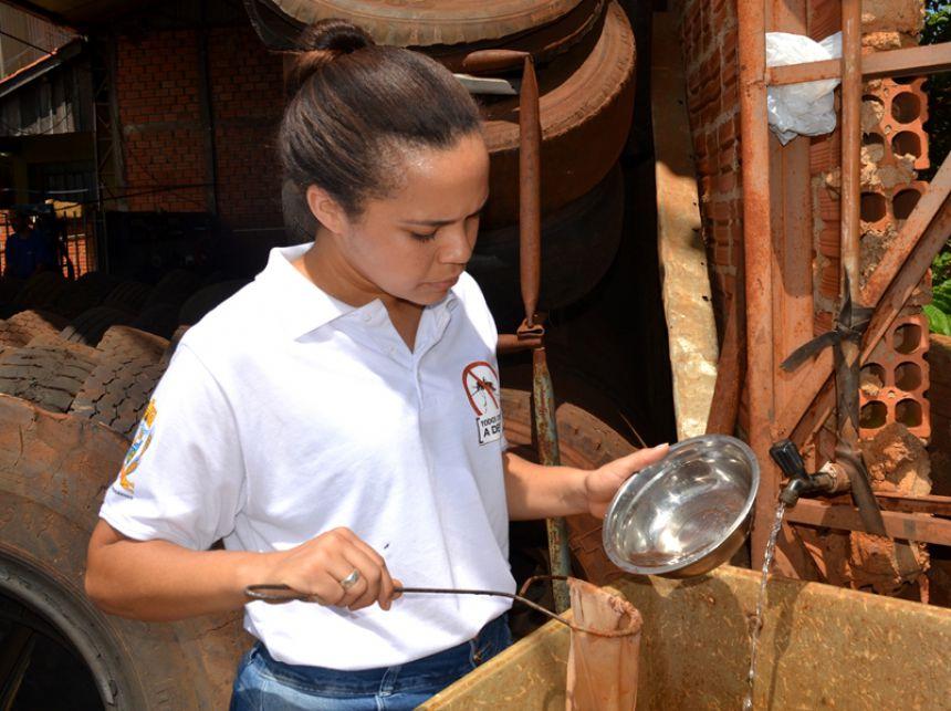 Coordenadora de endemias de SPI, Aline Verg�nia Teodoro, visita resid�ncias e locais onde possam haver focos do mosquito