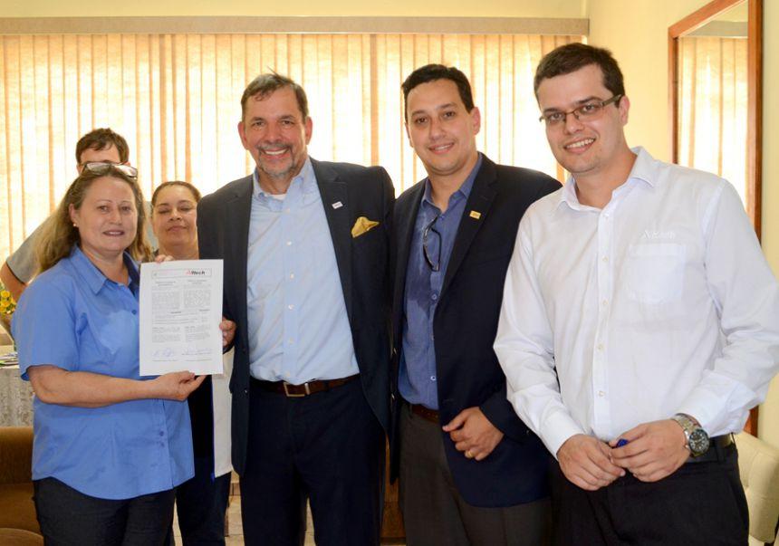 Diretor Tim Arthur conhece sala de informática na E.M. profª Alfredina, criada pela parceria Prefeitura de São Pedro do Ivaí - Alltech