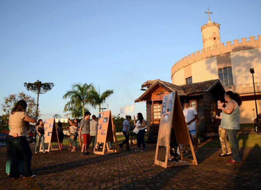 Aprendizes de fotografia do CREAS expõe trabalho na praça Padre José Rossi