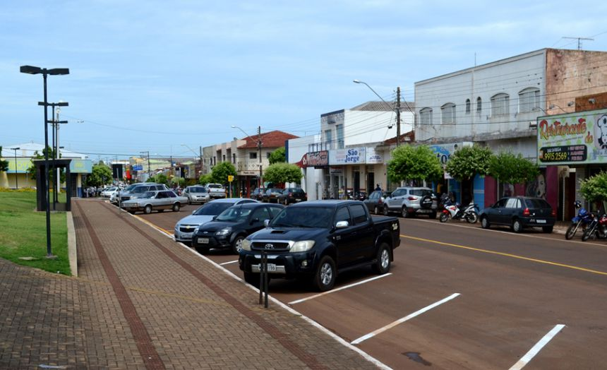 Prefeitura implanta nova sinalização das vagas de estacionamento na avenida principal