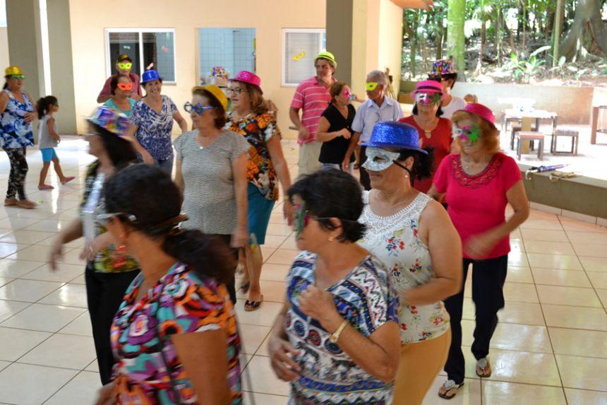 Idosos atendidos pelo CRAS ganham baile de Carnaval