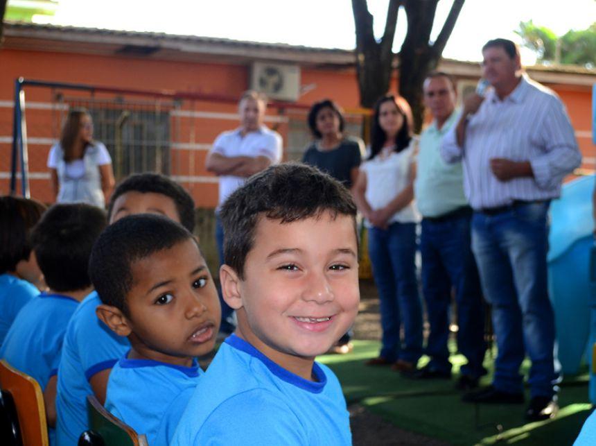 Prefeito José Isalberti entrega uniformes a alunos da rede pública municipal
