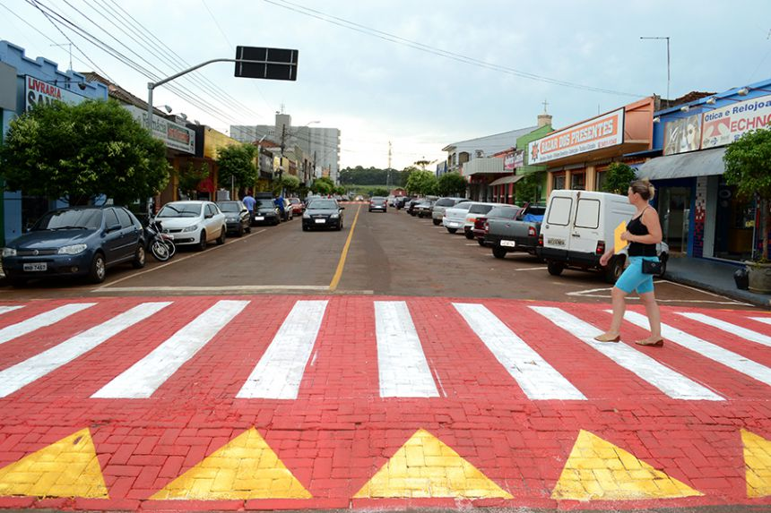 Travessias elevadas são pintadas com fundo vermelho em São Pedro do Ivaí