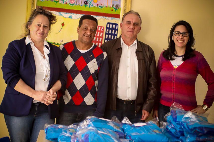 Governo Municipal doa uniformes à alunos da APAE