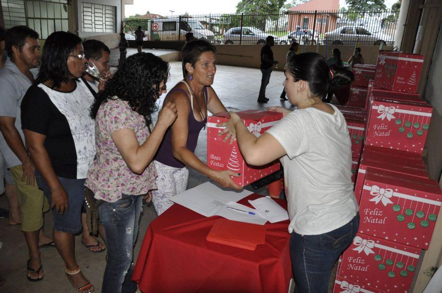Prefeitura de São Pedro do Ivaí entrega cestas natalinas aos servidores municipais