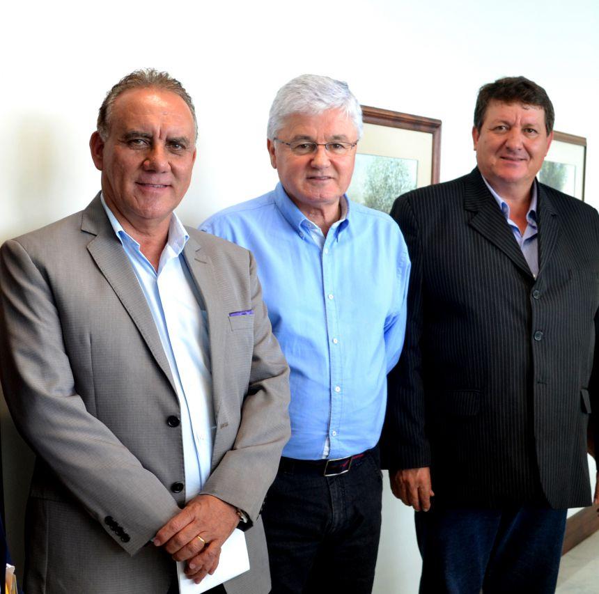 Em Curitiba, prefeito busca recursos para asfaltar Santa Rita I e II