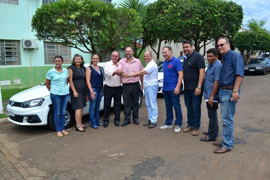 Prefeito José Isalberti e Artagão Jr entregam carro à Agência do Trabalhador