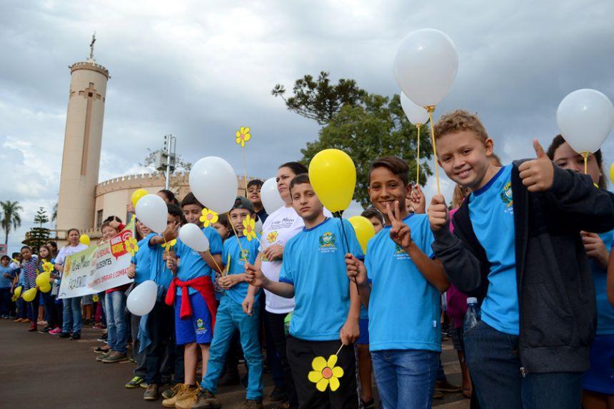 Centenas de pessoas participam de passeata contra violência sexual de crianças e adolescentes